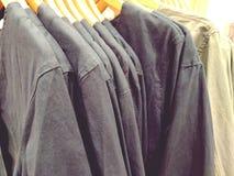 Τα πουκάμισα στην κρεμάστρα στο κατάστημα κλείνουν επάνω στοκ φωτογραφία