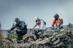 Τα ποδήλατα αναβατών προς τα κάτω προετοιμάζονται να κατεβούν Στοκ εικόνες με δικαίωμα ελεύθερης χρήσης