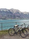 Τα ποδήλατα περιβάλλουν τη λίμνη Στοκ φωτογραφία με δικαίωμα ελεύθερης χρήσης