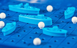 Τα πολεμικά σκάφη και το υποβρύχιο παιχνιδιών τοποθετούνται στον μπλε κάπρο παιχνιδιού Στοκ φωτογραφία με δικαίωμα ελεύθερης χρήσης
