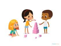 Τα πολυφυλετικά παιδιά χτίζουν τον πύργο με τους ρόδινους φραγμούς Παιχνίδι παιδιών που χρησιμοποιεί την εξάρτηση διανυσματική απεικόνιση