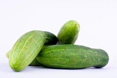 τα πράσινα αγγούρια έχουν την πλήρη βιταμίνη στα άσπρα υγιή φυτικά τρόφιμα υποβάθρου που απομονώνονται Στοκ Εικόνες