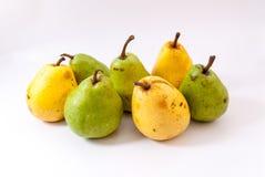τα πράσινα και κίτρινα αχλάδια στο λευκό Στοκ Φωτογραφία