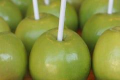 Τα πράσινα μήλα προετοιμάστηκαν να καλυφθούν με τα κοχύλια καραμελών στοκ εικόνα
