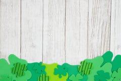 Τα πράσινα τριφύλλια ξεπερασμένος ασπρίζουν το κατασκευασμένο ξύλινο υπόβαθρο στοκ εικόνες με δικαίωμα ελεύθερης χρήσης