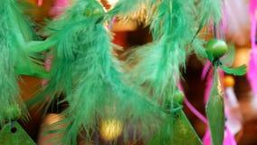 Τα πράσινα φτερά ενός dreamcatcher που ταλαντεύονται στον αέρα απόθεμα βίντεο