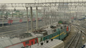 Τα προαστιακά ηλεκτρικά τραίνα πηγαίνουν στο σταθμό απόθεμα βίντεο