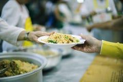 Τα προβλήματα πείνας των φτωχών είναι τρόφιμα για να μειώσουν την πείνα: η έννοια της πείνας στοκ φωτογραφία με δικαίωμα ελεύθερης χρήσης