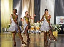 Τα προκλητικά κορίτσια χορεύουν σχηματισμός Στοκ Εικόνες