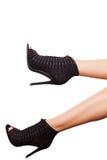 Τα προκλητικά πόδια στη μόδα υψηλή βάζουν τακούνια στα παπούτσια πέρα από το άσπρο υπόβαθρο Στοκ Εικόνα