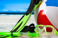 Τα προστατευτικά δίοπτρα μασκών με κολυμπούν με αναπνευτήρα και βατραχοπέδιλα στην παραλία Στοκ Φωτογραφία