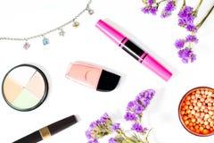 Τα προϊόντα και το κόσμημα ομορφιάς σε ένα άσπρο υπόβαθρο, επίπεδο βάζουν Στοκ Εικόνες