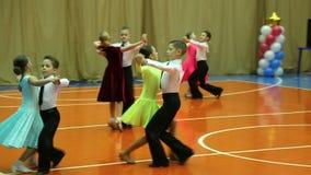 Τα πρωταθλήματα χορού αιθουσών χορού των παιδιών, χορεύουν γρήγορο βήμα