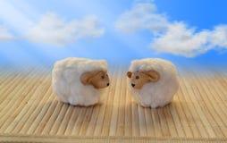 Τα πρόβατα κόβουν την αστεία γλυκιά swirly αγάπη χαιρετισμού σύννεφων ουρανού μασκότ στοκ εικόνα με δικαίωμα ελεύθερης χρήσης