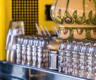 Τα πρόσφατα ξεπλυμένα καθαρά γυαλιά μπύρας στέκονται σε έναν μετρητή και περιμένουν τους πότες, σκόπιμα χαμηλό βάθος της εστίασης στοκ εικόνες