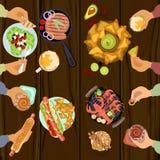 Τα πρόσωπα τρώνε το μεσημεριανό γεύμα Στοκ εικόνα με δικαίωμα ελεύθερης χρήσης