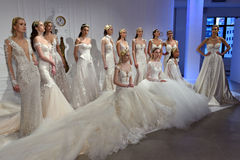 Τα πρότυπα θέτουν κατά τη διάρκεια της νυφικής παρουσίασης άνοιξης/καλοκαιριού 2017 εβδομάδας μόδας Galia Lahav Στοκ Εικόνες