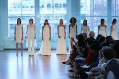 Τα πρότυπα θέτουν στο διάδρομο για τη νυφική επίδειξη μόδας ανοίξεων του 2019 του Justin Αλέξανδρος Στοκ Εικόνα