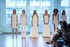 Τα πρότυπα θέτουν στο διάδρομο για τη νυφική επίδειξη μόδας ανοίξεων του 2019 του Justin Αλέξανδρος Στοκ Εικόνες