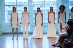 Τα πρότυπα θέτουν στο διάδρομο για τη νυφική επίδειξη μόδας ανοίξεων του 2019 του Justin Αλέξανδρος Στοκ Φωτογραφία