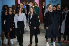 Τα πρότυπα θέτουν στο διάδρομο στη Tibi επίδειξη μόδας κατά τη διάρκεια της εβδομάδας μόδας της Νέας Υόρκης Στοκ Εικόνες