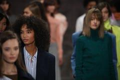 Τα πρότυπα θέτουν στο διάδρομο στη Tibi επίδειξη μόδας κατά τη διάρκεια της εβδομάδας μόδας της Νέας Υόρκης Στοκ φωτογραφία με δικαίωμα ελεύθερης χρήσης