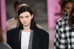 Τα πρότυπα θέτουν στο διάδρομο στη Tibi επίδειξη μόδας κατά τη διάρκεια της εβδομάδας μόδας της Νέας Υόρκης Στοκ φωτογραφίες με δικαίωμα ελεύθερης χρήσης