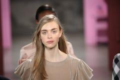 Τα πρότυπα θέτουν στο διάδρομο στη Tibi επίδειξη μόδας κατά τη διάρκεια της εβδομάδας μόδας της Νέας Υόρκης Στοκ εικόνα με δικαίωμα ελεύθερης χρήσης