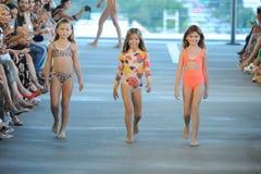 Τα πρότυπα περπατούν το διάδρομο για το θέρετρο το 2019 ακακιών κατά τη διάρκεια της έκθεσης μόδας Paraiso στοκ εικόνες