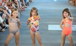 Τα πρότυπα περπατούν το διάδρομο για το θέρετρο το 2019 ακακιών κατά τη διάρκεια της έκθεσης μόδας Paraiso στοκ φωτογραφία