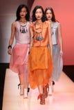 Τα πρότυπα περπατούν το διάδρομο κατά τη διάρκεια του Emporio Armani παρουσιάζουν Στοκ εικόνα με δικαίωμα ελεύθερης χρήσης