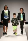 Τα πρότυπα περπατούν το διάδρομο στη επίδειξη μόδας παιδιών της Nike Levi's κατά τη διάρκεια της πτώσης του 2015 εβδομάδας μόδας  Στοκ Εικόνες