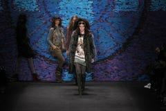 Τα πρότυπα περπατούν το διάδρομο στη επίδειξη μόδας της Anna Sui κατά τη διάρκεια της πτώσης του 2015 MBFW Στοκ Φωτογραφίες