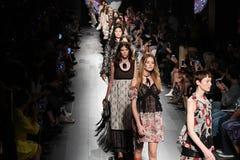 Τα πρότυπα περπατούν το φινάλε διαδρόμων για τη επίδειξη μόδας της Anna Sui Στοκ Εικόνα
