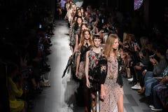 Τα πρότυπα περπατούν το φινάλε διαδρόμων για τη επίδειξη μόδας της Anna Sui Στοκ φωτογραφία με δικαίωμα ελεύθερης χρήσης