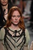 Τα πρότυπα περπατούν το φινάλε διαδρόμων για τη επίδειξη μόδας της Anna Sui Στοκ Φωτογραφία