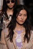 Τα πρότυπα περπατούν το φινάλε διαδρόμων για τη επίδειξη μόδας της Anna Sui Στοκ εικόνα με δικαίωμα ελεύθερης χρήσης