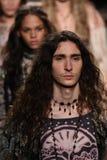 Τα πρότυπα περπατούν το φινάλε διαδρόμων για τη επίδειξη μόδας της Anna Sui Στοκ Εικόνες