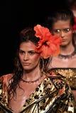 Τα πρότυπα περπατούν το φινάλε διαδρόμων για τη επίδειξη μόδας Blonds Στοκ Εικόνες