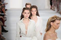 Τα πρότυπα περπατούν το φινάλε διαδρόμων στη επίδειξη μόδας συλλογής του Brock Στοκ Εικόνες