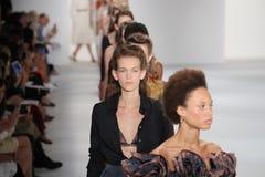 Τα πρότυπα περπατούν το φινάλε διαδρόμων στη επίδειξη μόδας συλλογής του Brock Στοκ Εικόνα