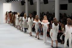 Τα πρότυπα περπατούν το φινάλε διαδρόμων στη επίδειξη μόδας συλλογής του Brock Στοκ φωτογραφία με δικαίωμα ελεύθερης χρήσης