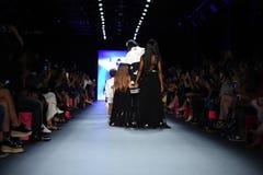 Τα πρότυπα περπατούν το φινάλε διαδρόμων στη επίδειξη μόδας Comme TU ES Στοκ Εικόνες