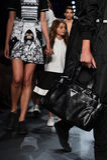 Τα πρότυπα περπατούν το φινάλε διαδρόμων στη επίδειξη μόδας Comme TU ES Στοκ Φωτογραφία