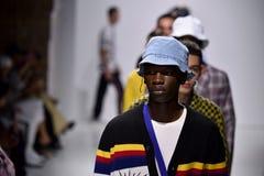 Τα πρότυπα περπατούν το φινάλε διαδρόμων στη συλλογή Ovadia και ανοίξεων του 2018 γιων Στοκ Φωτογραφία