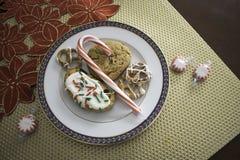 Τα πρόχειρα φαγητά στο άσπρο πιάτο στο χρυσό χαλούν στοκ φωτογραφία με δικαίωμα ελεύθερης χρήσης