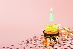 Τα πρώτα γενέθλια cupcake με το κερί και ψεκάζουν Στοκ φωτογραφία με δικαίωμα ελεύθερης χρήσης