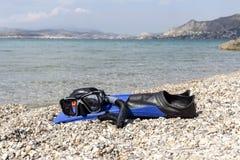 Τα πτερύγια, μάσκα και κολυμπούν με αναπνευτήρα βουτώντας στην παραλία πετρών Στοκ εικόνες με δικαίωμα ελεύθερης χρήσης