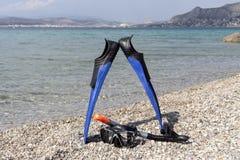 Τα πτερύγια, μάσκα και κολυμπούν με αναπνευτήρα βουτώντας στην παραλία πετρών Στοκ Φωτογραφία
