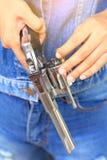 Τα πυρομαχικά, κλείνουν επάνω το χέρι γεμίζουν τα περίστροφα Στοκ φωτογραφία με δικαίωμα ελεύθερης χρήσης